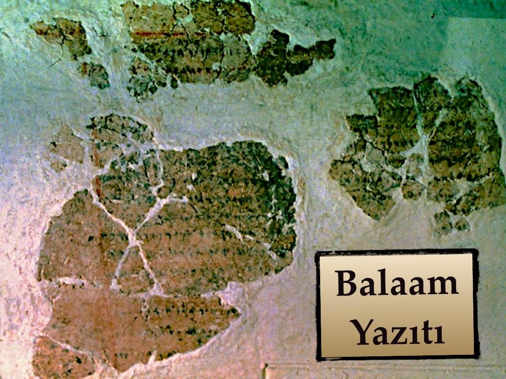 """SOLEB """"YAHVE"""" YAZITI  Soleb, Sudan yakınlarında bulunan antik bir Mısır yerleşkesidir. Buradaki bir tapınakta ilginç bir hiyeroglif yazıtı bulunmakta: Kenan/Edom yakınlarında bulunan """"YHV'nin Şaşuları"""".  Eski Mısır dilinde """"Şaşu"""" göçebeler için kullanılan bir terimdir. Bu göçebelerin """"YHV"""" adında bir ilahla bağdaştırılmaları son derece ilginçtir. Burada belirtilen YHV'nin Yahudilerin ilahı Yahve olduğu düşünülmektedir. Hiyeroglif yazıtının tarihi M.Ö. 1400 seneleri… Kutsal Kitap'taki kronolojiyi izleyecek olursak Mısır'dan çıkış tarihi M.Ö. 1446 olarak hesaplanmaktadır. Bunu nereden mi biliyoruz? 1.Krallar 6:1'deki bir referanstan: """"İsrail halkı Mısır'dan çıktıktan dört yüz seksen yıl sonra, Süleyman, krallığının dördüncü yılının ikinci ayı olan Ziv ayında RAB'bin Tapınağı'nın yapımına başladı."""" Bu ayette verilen tarih Süleyman'nın krallığının 4. senesi yani M.Ö. 966 yılıdır. Basit bir matematik hesabıyla Mısır'dan çıkış tarihi M.Ö. 1446 yılı olarak karşımıza çıkmaktadır. Mısır kronolojilerine göre bu tarih ya III. Tutmosis'e ya da II. Amenhotep'e denk gelmektedir. Soleb'de ki yazıt M.Ö. 1400 seneleri civarı, yani III. Amenhotep dönemindendir. Bu şunu gösteriyor: III. Amenhotep'in kendisi veya katipleri bu ilahın ismini bir şekilde duymuşlardı ki, böylece bunu yazıta geçirmişlerdi. Çıkış 5:22'de ilginç bir detay keşfediyoruz: """"Firavun, 'RAB (YHV) kim oluyor ki, O'nun sözünü dinleyip İsrail halkını salıvereyim? RAB'bi (YHV'yi) tanımıyorum. İsrailliler'in gitmesine izin vermeyeceğim"""" diyor. Çıkış kitabında bahsi geçen firavun YHV ismini işiten ilk firavun oluyorsa bu demek ki M.Ö. 1400'e ait """"YHV'nin Şaşuları"""" bu tarihten sonra yazıya alınmıştır. Özetçe bu hiyeroglifte hem M.Ö. 15. yüzyıla dayanan bir Mısır'dan çıkış ve Yahudilerin o dönemde sosyal açıdan göçebe bir toplum olmalarının birer teyidini görmekteyiz. **** BERLİN """"İSRAİL"""" YAZITI  Berlin'deki İsrail yazıtı bir kırık heykel kaidesi üzerinde üç kabartma sembolden oluşmaktadır. Yazı Berlin Müzesi'ne yaklaşık 10"""