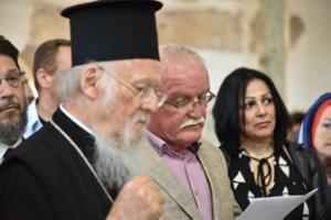 """Fener Rum Patriği Bartholomeos, Isparta'nın Eğirdir ilçesinde bulunan Ayastefanos Kilisesi'nde dua etti. Fener Rum Patriği Bartholomeos, Pisidia Metropoliti Sotirios Trampas ile Eğirdir Yeşilada'da bulunan Ayastefanos Kilisesi'ni ziyaret ederek dua ettiler, Yunanistan ve Kore'den gelen ekiplerin sunduğu müzik dinletisine katıldı. Pisidia Metropoliti Sotirios Trampas, kilise ve tarihi hakkında ziyaretçilere bilgiler verdi. Daha sonra Fener Rum Patriği Bartholomeos, """"bu kiliseyi dedelerimizin kilisesini restore etmekle diğer dinlere karşı olan saygınızı göstermiş oldunuz. Daha geniş olarak insanlığın müşterek değerlerine olan saygınızı göstermiş oldunuz. Bizler cemaat olarak, Hıristiyan olarak, Türk vatandaşı olan bizler ve diğer ülkelerden gelmiş olan Hıristiyan kardeşlerimizin adına sizlere şükranımızı sunuyoruz. Sizler bizden ne oy bekliyorsunuz ne de başka bir şey bekliyorsunuz. Teveccühünüz ve yeni nesillere verdiğiniz dersten dolayı sizleri kutluyoruz. İleride bütün restorasyon tamamlandığı zaman ilgili makamların izinleriyle bugün gerçekleştiremediğimiz ayinimizi gerçekleştiririz. Bu bize büyük mutluluk verecektir. Bütün Eğirdirlilere hayır dualarımızı iletmenizi rica ediyoruz"""" dedi. Belediye Başkanı Ömer Şengöl de, """"Benim tüm hizmetlerim oy için değildir. Hepimizin tek rabbi olan Allah'ın rızası içindir. Bu nedenle dinsizler de dahil tüm insanların Eğirdir'de rahat yaşamaları, Eğirdir'de rahat gezmeleri için yasaların bana verdiği yetkiye dayanarak gerekli işlemleri yapıyoruz. 1922'de Ada'dan Yunanistan'a göç eden ailelerin torunları ve çocuklarıyla ahbaplıklarım var. Bu vesile ile hoşgeldiniz diyorum."""" Ardından Fener Rum Patriği Bartholomeos ve beraberindekiler Antalya'ya gitmek üzere ilçeden ayrıldı."""